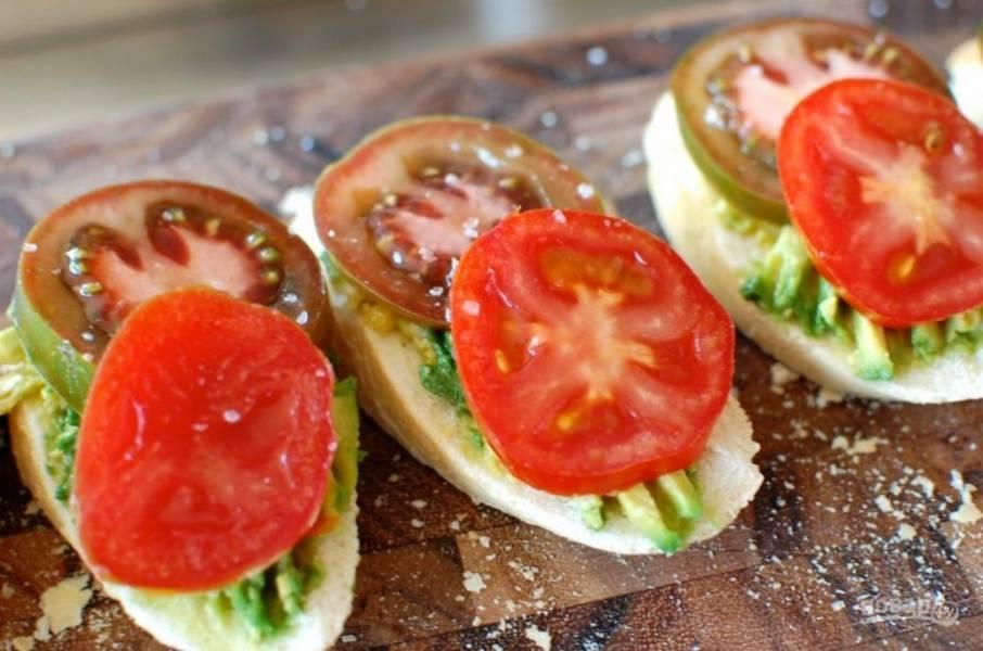 5.Положите кольца помидора на авокадо.