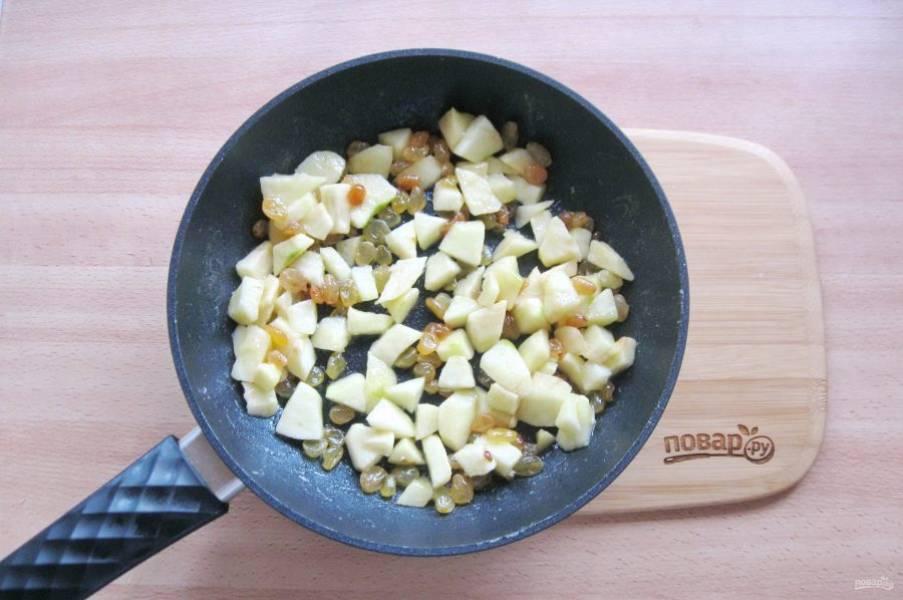 Тушите яблоки с изюмом и сахаром на небольшом огне, периодически перемешивая 3-4 минуты.