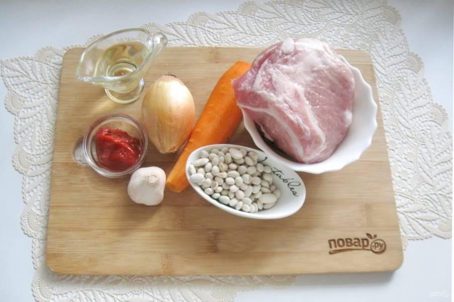 Подготовьте ингредиенты для приготовления свинины с фасолью в томатном соусе.