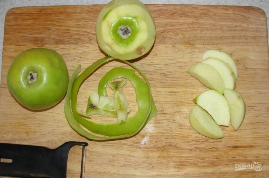 Яблоки промываем, очищаем от кожуры и нарезаем на кусочки.