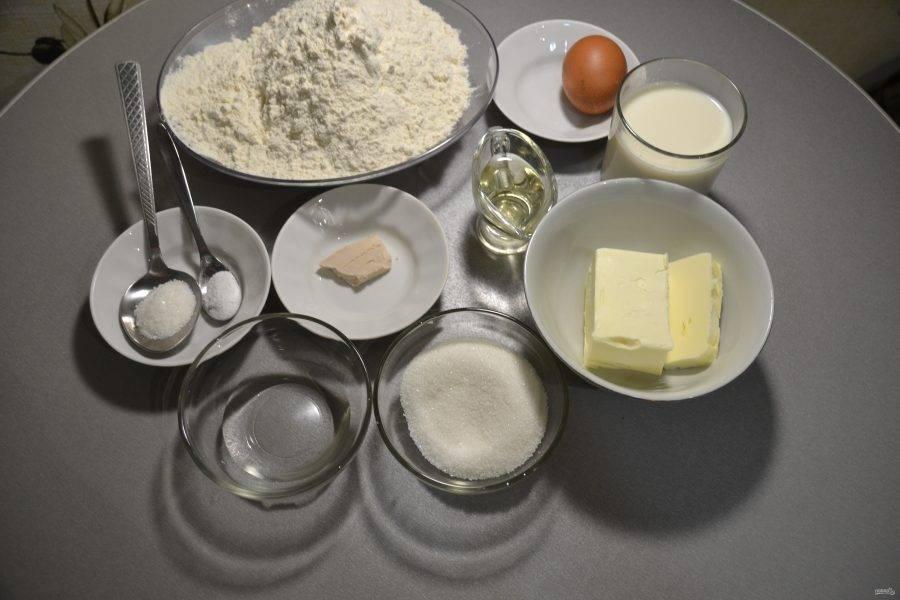Подготовьте продукты в соответствии с рецептом. Масло выньте заранее из холодильника, оно должно быть мягким.