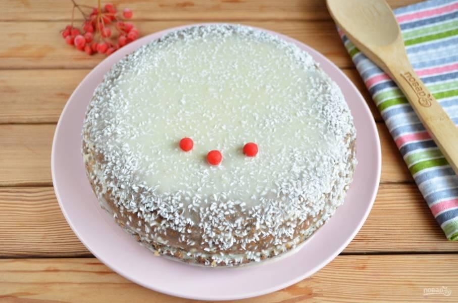 Соберите тортик, смажьте сверху по бокам. Украсьте кокосовой стружкой или кокосовыми чипсами. Дайте пропитаться в холоде не менее 2-3 часов. Приятного!