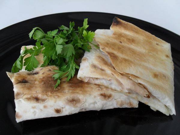 3. Подаем с овощным салатом и свежей зеленью. Приятного аппетита!