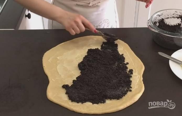 11. Обильно смажьте раскатанный лист маслом, не доходя до краев. Выложите мак, разровняйте его по всему тесту.