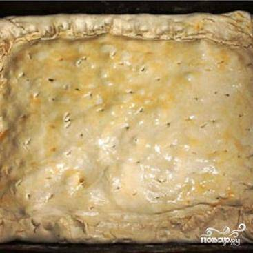 3.Раскатать вторую половинку теста и накрыть начинку. Хорошо со всех сторон защипать тесто, чтобы нигде оно не порвалось. Поставить в духовку, нагретую до 170-180 градусов. Выпекать минут 20-25. Когда пирог испечется, вынуть его из  духовки и накрыть на 10-15 минут полотенцем. Приятного аппетита! Великолепный ужин для вашей семьи готов.