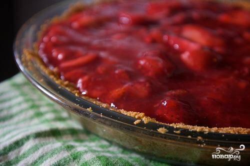 6. Вылить начинку поверх охлажденной корочки для пирога. Поставить пирог в холодильник по крайней мере на 4 часа (или до 1 дня).