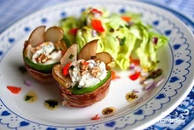 4. Прогрейте готовые цветочки в духовке в течение 3-4 минут. Подавайте, украсив блюдо салатом. Приятного аппетита!