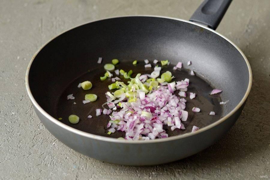 Лук нарежьте кубиками, чеснок пропустите через пресс, обжарьте в сковороде 1-2 минуты.
