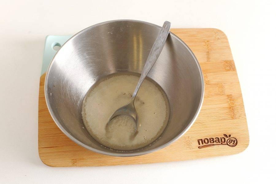 В глубокую миску налейте теплую воду. Добавьте дрожжи, сахар, перемешайте и оставьте на 10-15 минут.