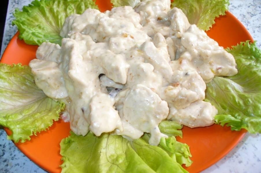 4. Подаем куриное филе под сырным соусом как самостоятельное блюдо или вместе с гарниром. На гарнир подойдет любая каша, овощи или картофельное пюре.