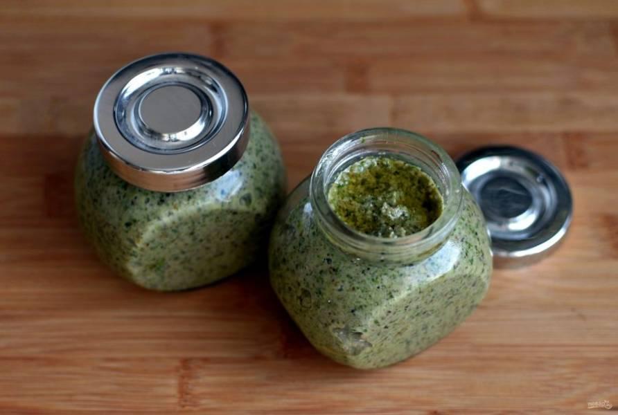 Переложите готовый соус – большую часть – по небольшим чистым и сухим баночкам, залейте сверху немного оливковым маслом и уберите в холодильник на хранение.