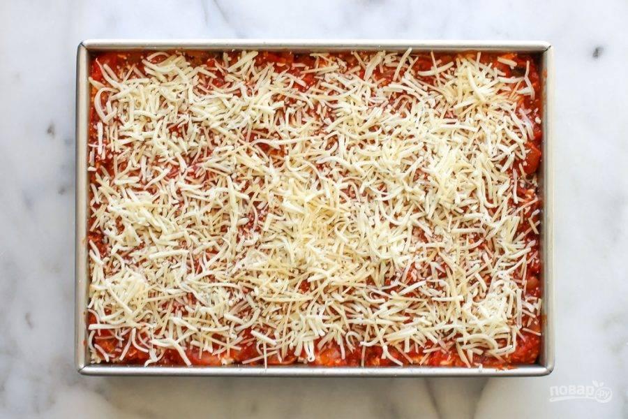 В конце должен оказаться соус, а потом натрите оставшийся сыр для украшения.