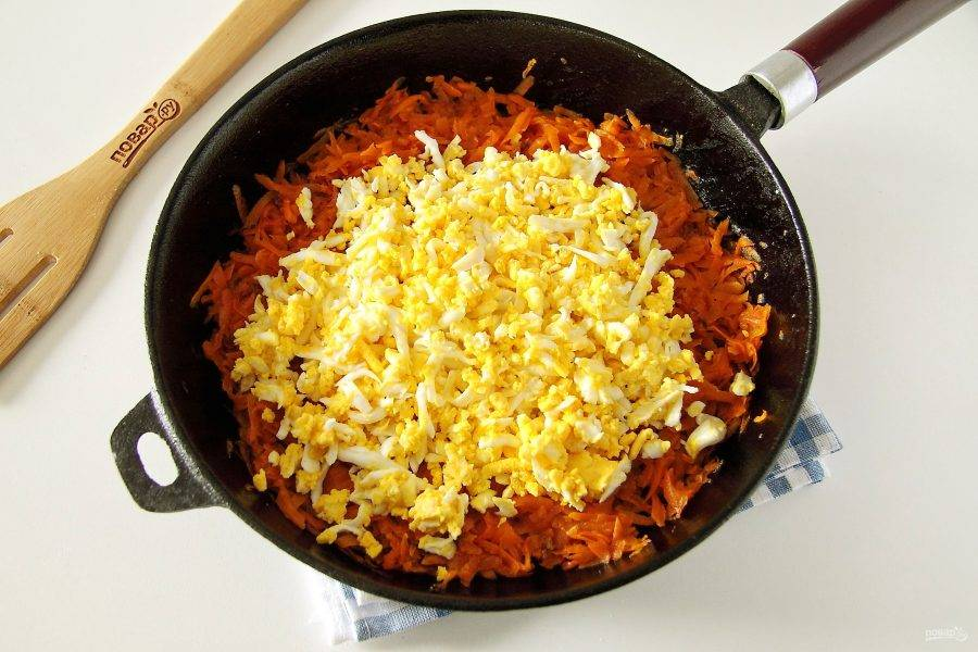 Яйца отварите, натрите на терке и добавьте к моркови.