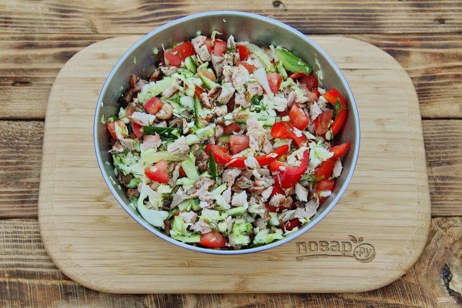 Добавьте к овощам нарезанный шашлык и все перемешайте.