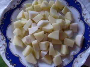 Картофель режем кубиками. Когда мясо будет почти готово, добавляем в бульон картофель.