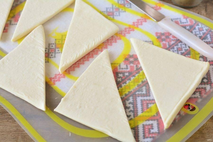 Слоеное тесто разморозьте и нарежьте треугольниками или квадратами.