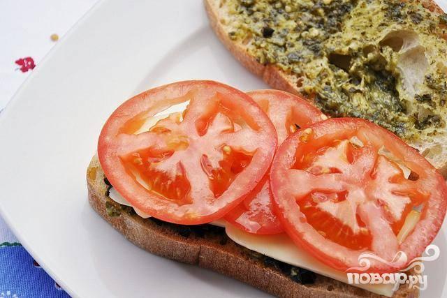 4. Затем положить ломтики сыра Фонтина, а поверх сыра два ломтика помидора.