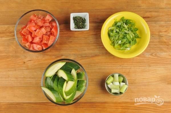 1. Подготовьте ингредиенты. Нарежьте кусочками цукини, а помидоры кубиками. Нашинкуйте по диагонали зелёную часть лука, а белую отдельно. Отделите листочки тимьяна.