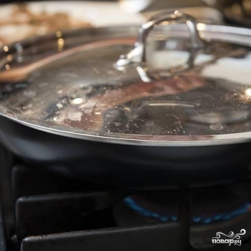 4. Сковороду прикройте крышкой и оставьте на три минутки.