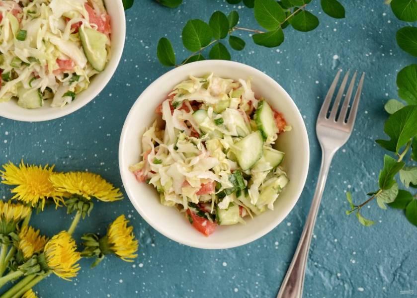 Салат с капустой, огурцом и помидором готов, приятного аппетита!