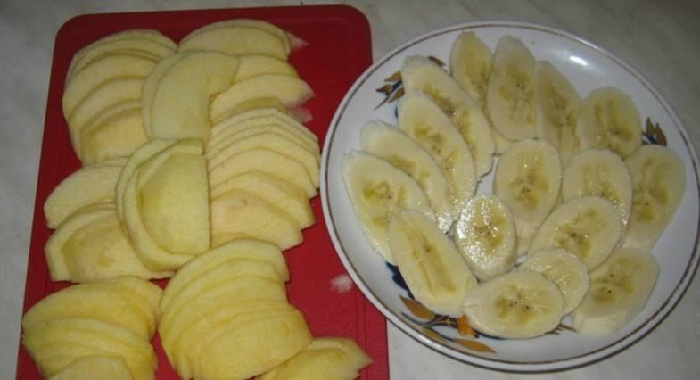 Тем временем банан очищаем от кожуры и нарезаем колечками. Яблоки промываем, очищаем от кожуры (по желанию) и нарезаем кусочками, удалив сердцевину и семечки.