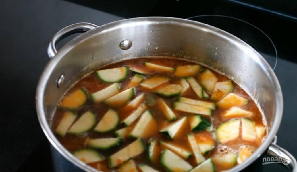 6.Добавьте помидоры, морковь, сельдерей, цукини и колбасу. Можете добавить коричневый сахар, чтобы избавиться от кислоты от помидоров.