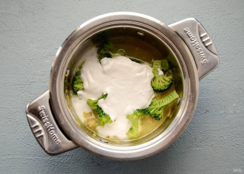 Налейте в кастрюлю воду и кокосовое молоко, посолите по вкусу. Доведите смесь до кипения, затем поварите 5 минут.