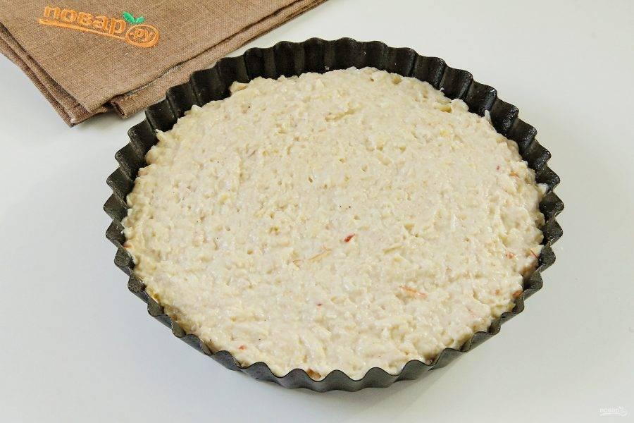 Сверху распределите тесто и разровняйте его ложкой, оно должно заполнить все пустоты.