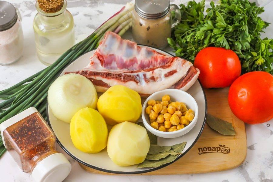 Подготовьте указанные ингредиенты. Баранину выбирайте жирноватую, чтобы суп получился наваристым, к примеру — бедра или грудинку.