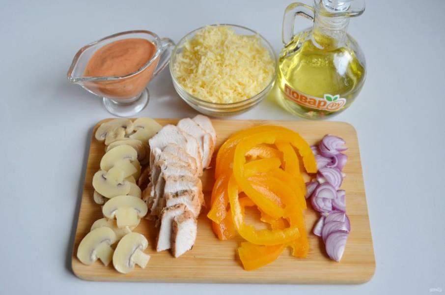 5. За это время подготовьте начинку: порежьте курицу, перец сладкий, лук, грибы. Натрите сыр, я использую мелкую терку.