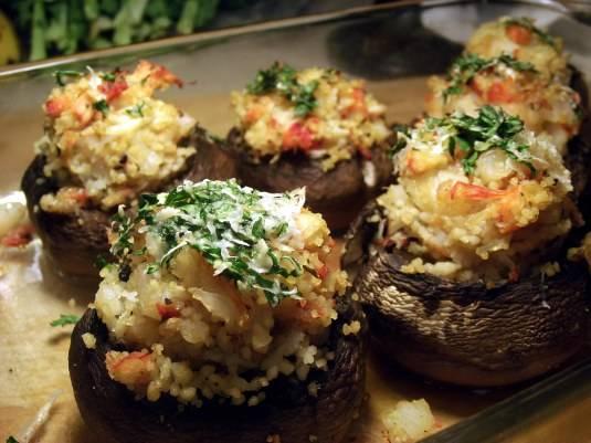 6. Достаньте грибочки из духовки, красиво выложите на блюдо и подавайте к столу. Можно присыпать тертым пармезаном. Приятного аппетита!