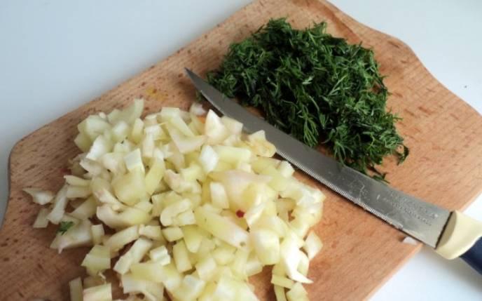 Болгарский перец (1 штуку) очищаем от семян и нарезаем кубиками. Зелень измельчаем.