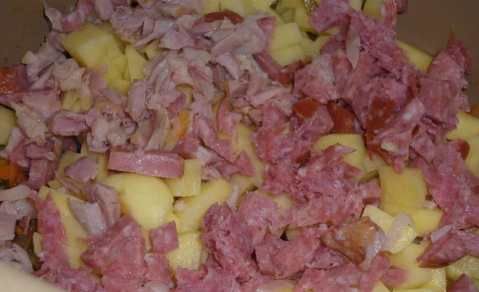 Добавить колбасу и курицу, порезанные на кусочки.