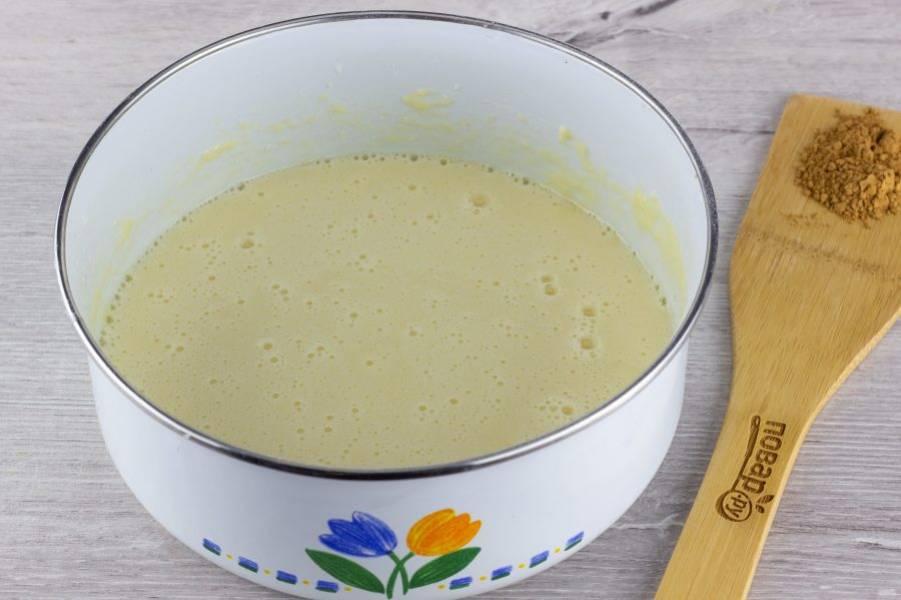 Влейте в тесто молоко и растительное масло, снова перемешайте до однородного состояния.