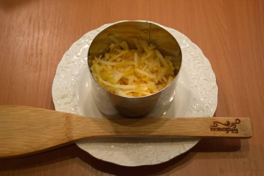 Смажьте майонезом слой с яблоком. Вместо майонеза можно использовать сметану, слегка её посолив и поперчив.