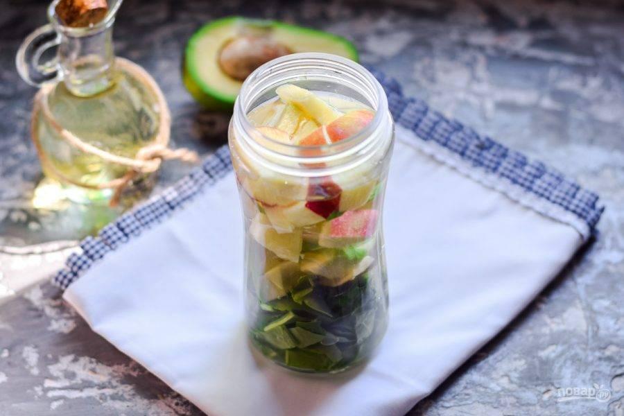 Сложите все подготовленные ингредиенты в чашу блендера. Влейте в чашу минеральную воду.