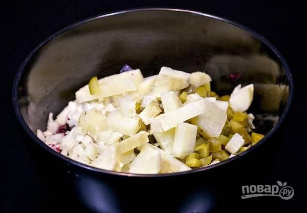 5. Очищенный картофель нарежьте кубиками.