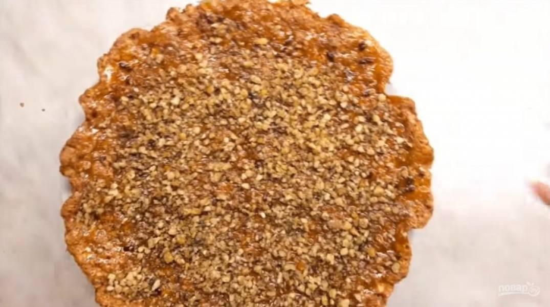 4. Смажьте готовый пирог вареньем и посыпьте грецкими орехами. Приятного аппетита!