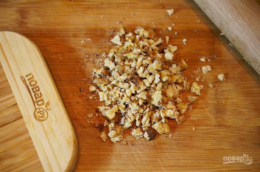 3. Орехи порубите или прокатайте скалкой.