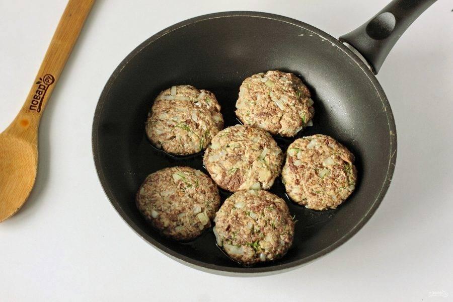 Сформируйте из получившейся массы котлеты и выложите их на разогретую сковороду с маслом.