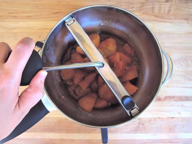 Готовое варенье измельчить на ручной мельнице.