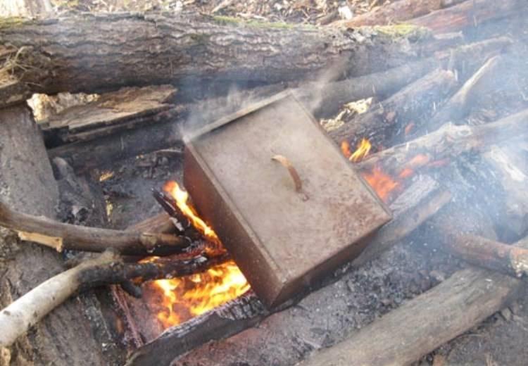 Теперь закройте коптильню и поставьте её на сильный огонь на 40 минут.