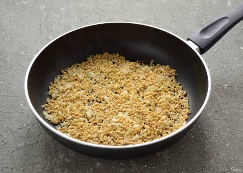 Добавьте на сковороду соевый фарш и специи, перемешайте. Обжаривайте их до легкого золотистого цвета. Можно добавить ещё немного растительного масла.