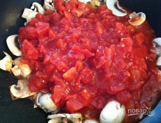 2. Затем к нему добавьте грибы слайсами, соус и помидоры.