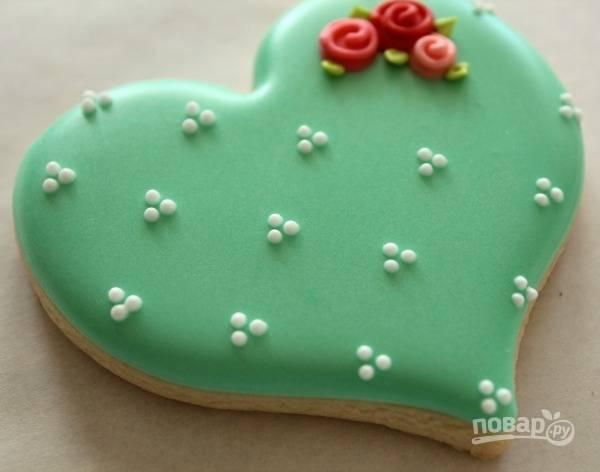 6. Дополните белыми капельками для контраста. Вот такое украшение печенья глазурью. Не слишком сложно, но очень красиво!