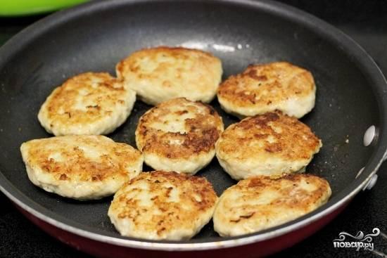 Обваляйте сформированные котлеты с начинкой в муке и обжаривайте на разогретой сковороде на подсолнечном масле, до золотистой корочки.