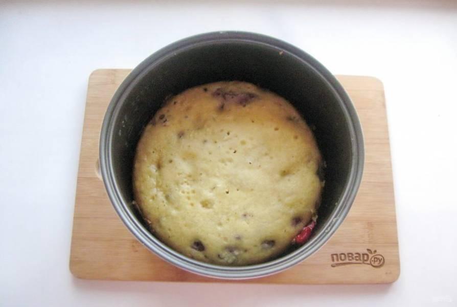"""Выпекайте пирог в мультиварке или в духовке. В мультиварке в режиме """"Выпечка"""". А в духовке 40-45 минут при температуре 175-180 градусов."""