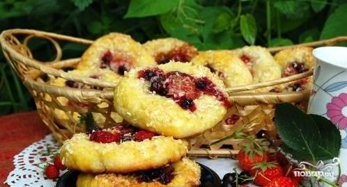 Плюшки творожные с ягодами