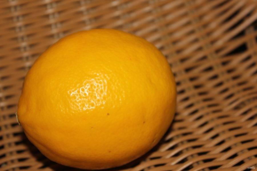 2. Берем лимон и выдавливаем из него сок, это будет основа нашего маринада. Добавляем к соку соль и специи по вкусу. Тем временем нарезаем пангасиус на части.