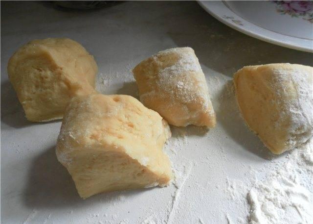 1. Смешать сметану с яйцом, добавить сахар, стакан муки, соду, замесить до однородности. После этого понемногу всыпайте еще муку, пока консистенция теста не станет эластичной (у меня ушел еще один стакан). Делим тесто на 6-8 одинаковых кусочков.